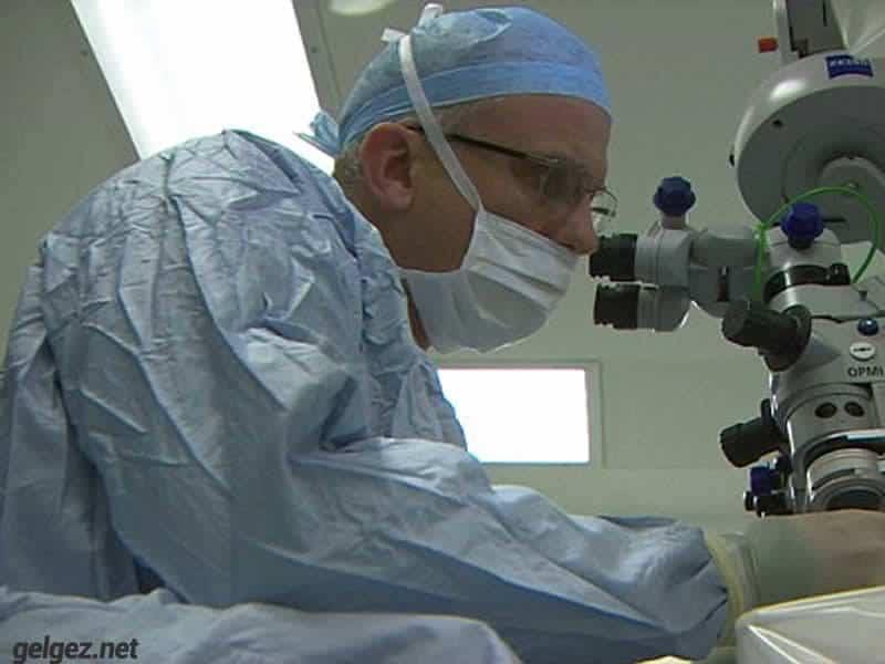 Robotik ilk göz ameliyatı yapıldı.Robert MacLaren fotoğrafta el ile robotu kontrol ediyor.