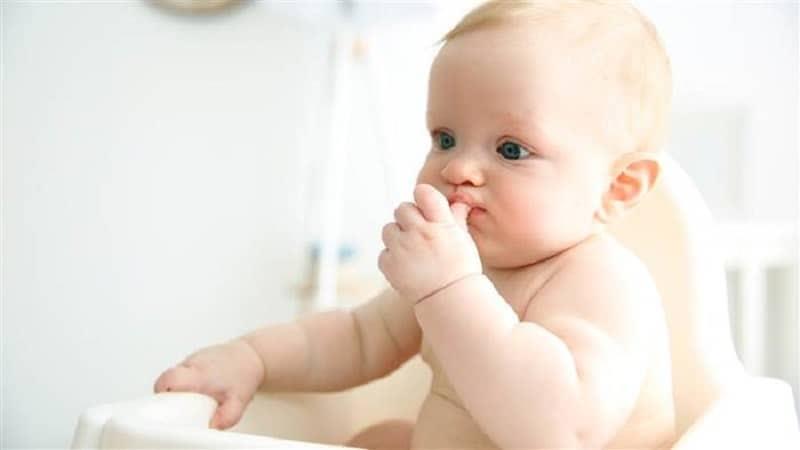 Bebeklerin acıktığını nasıl anlarız? | Parmak emme en belirgin açlık belirtisi